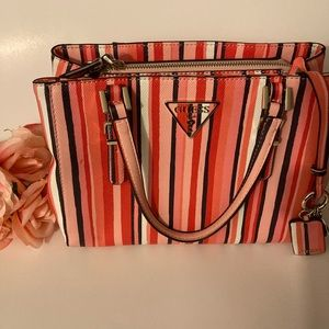 👸 Guess Purse in Like New Condition